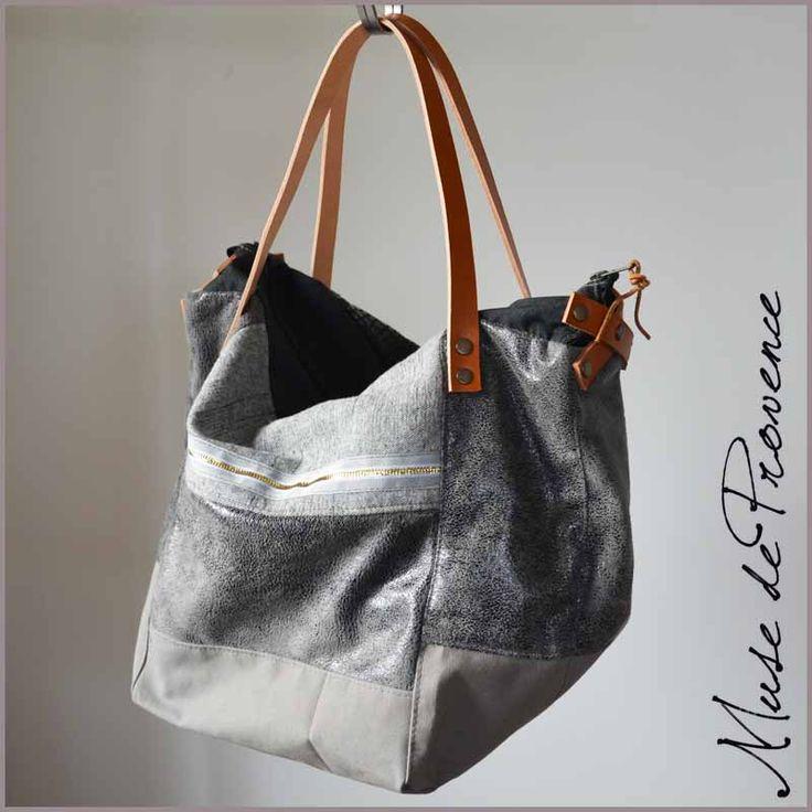 Une bandoulière en cuir amovible total L95cm - Accessoire pour sac vendu à part Permet de porter le sac à l'épaule La fixation sur votre sac avec deux mousquetons en laiton (Nécessite des anneaux où il est possible d'accrocher les mousquetons)