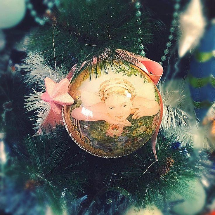 L'albero dei ricordi : ci sono molte decorazioni che hanno un significato speciale sul mio albero di Natale. Questa pallina in decoupage l'ho creata più di 10 anni fa dietro c'è il mio nome e quello di mio marito. Eravamo ancora in due passavo l'intero mese di dicembre nel mio laboratorio a Roviano e in quegli anni avrò venduto più di 500 palline natalizie decorate col decoupage... al punto di averne la nausea !!! La stellina rosa invece l'ho comprata in un viaggio estivo a Innsbruck dove…