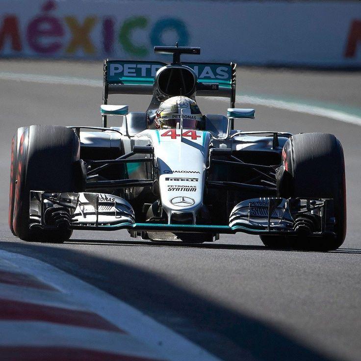 Grande Prêmio do México: Hamilton vence a 51ª na Fórmula 1 O inglês @lewishamilton se igualou a Alain Prost ao vencer o Grande Prêmio de @F1 do México: completa 51 vitórias na modalidade. O alemão @nicorosberg terminou em segundo e segue fazendo o arroz com feijão para chegar ao título. Sebastian Vettel cruzou em quarto mas subiu ao pódio após o holandês Max Verstappen. Felipe Massa da Williams foi o 9º enquanto Felipe Nasr da Sauber terminou em 15º.  Será que o campeonato de pilotos será…