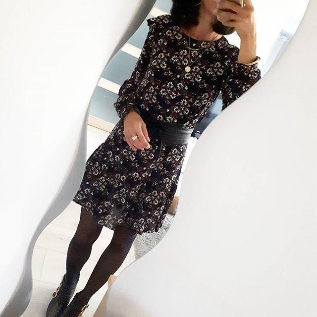 OOTD tardif, mais #ootd quand même... La fille maso qui sort la robe à fleurs alors qu'il pleut des cordes pluie ☔ bon en même temps, je compte pas sortir... Robe #kiabi à 18 euros, achetée il y a 15 jours #ootd#outfitoftheday #outfit #whatimwearingtoday #wiw#wiwt #mode #modeuse #fashion#fashionista #me #metodaywearing#mylook #frenchlook #frenchgirl #fashionblogger#outfit #outfitshare#instadaily #flowers #studdedboots #fashionblogger #inspiration #influencer #zara