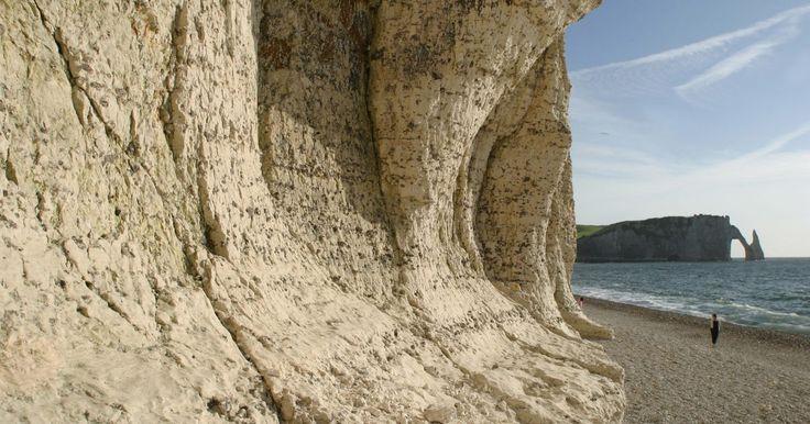 Características de la magnetita. La magnetita es un óxido de fierro (Fe3O4) encontrado en las rocas ígneas, metamórficas y sedimentarias. En el estado detrítico, el suelo se transforma en detritos por acción del agua, formando una arena gruesa como la arena negra encontrada en las playas de Auckland, Nueva Zelandi. La magnetita es también considerada un magneto natural y tiene ...
