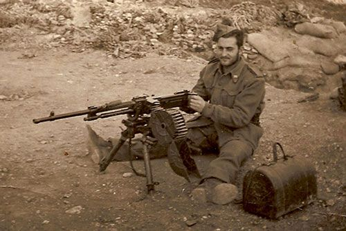 Spanish soldier with an Alfa 44 MMG in Ifni.