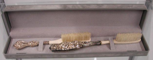 Brosse à dent de la reine Victoria. Manches en argent et ivoire et poils provenant de cochon. La brosse à dents avec manche et poils en soie naturelle a probablement été inventée en Chine à la fin du XVe siècle (1498). Alors qu'au Moyen Âge en Occident, on se frottait les dents avec un linge, la brosse à dents est introduite en France sous le règne de Louis XV : le bâtonnet surmonté de crins de sanglier est présenté à la Cour de France par l'ambassadeur d'Espagne en 1570.