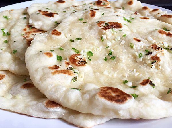 Pufoase ca niște pernuțe, aromate, sățioase și ușor de făcut, aceste turte pot înlocui pâinea de zi cu zi, sau pot constitui o bază pentru pizza de
