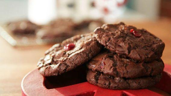 Biscuits peace and love au chocolat noir et aux canneberges - Recettes de cuisine, trucs et conseils - Canal Vie