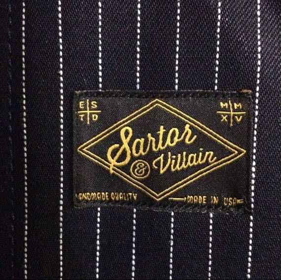 tablier 100 % coton 13,5 oz selvedge toile à matelas indigo denim galon Barbier avec cuir noir réglable tour de cou lanière et un bracelet en cuir de taille ajustable facile, quincaillerie en laiton antique avec beaucoup de poches pour les ciseaux, rasoirs, etc et une grande poche