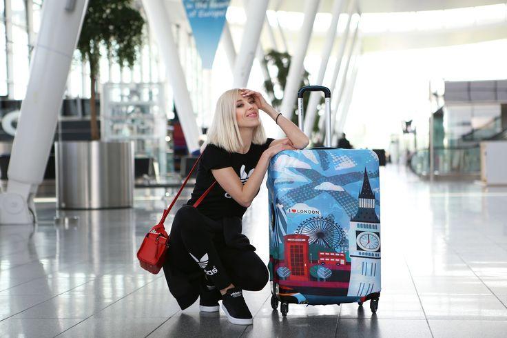 Śliczna MERI WILD z naszą walizką! Jako zabezpieczenie bagażu podczas transportu wybrała pokrowiec z kolekcji London ;) https://bgberlin.pl/ind…/produkt/pokrowiec-london-hug-cover/