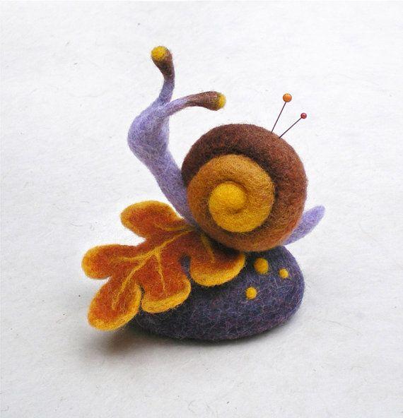 Un escargot passe paisiblement son chemin sur une feuille d'automne… cette petite sculpture en laine feutrée est une jolie décoration pour votre maison