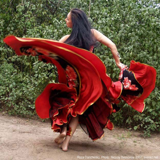 Romani Gypsy dance by Roza Danchenko /// I love these colors and the capture of movement.