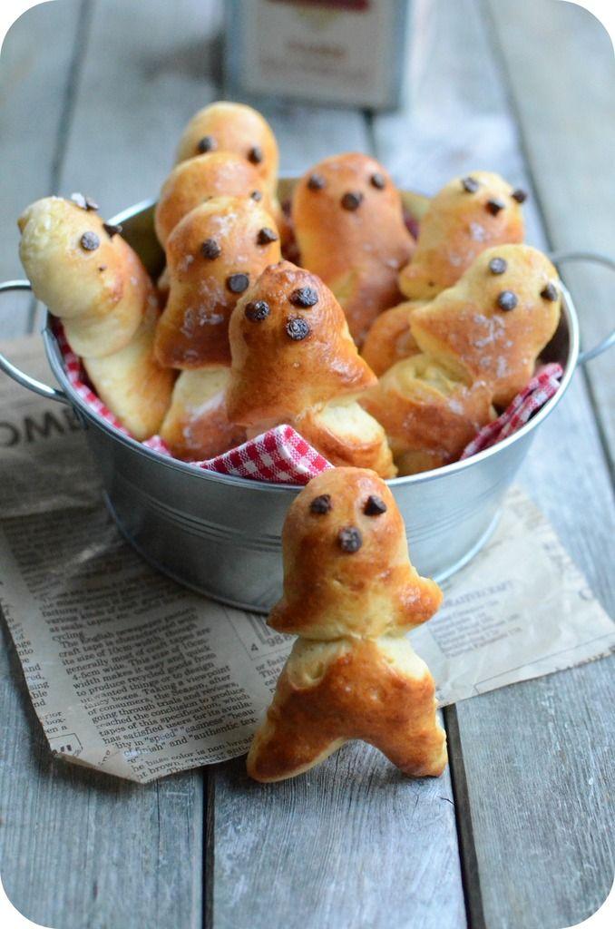 De l'alsacien petit bonhomme, un Mannala (dans le Haut-Rhin) ou Männele (dans le Bas-Rhin) est un petit pain au lait en forme de petit bonhomme préparé par les boulangers alsaciens pour la Saint-Nicolas et qui peut accompagner le chocolat chaud du goûter...
