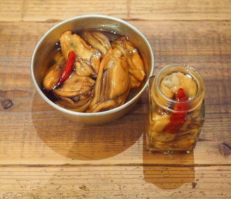 牡蠣のオイル漬けと言えば オリーブオイルを使う方が一般的かと思います。 ですが、オリーブオイルの香りが苦手な方や 日本酒や焼酎に合わせてつまみたい方に とーーーーってもおすすめなのが 白ごま油を使った「和風牡蠣のオイル漬け」です。 今回も写真多めでサクサクとご紹介させて頂きます