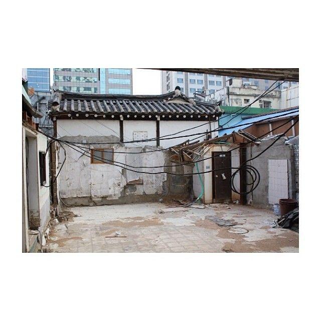seoulover / #seoul#korea#street#tradition#roof / #골목 #길 #집 #공사 / 2014 01 17 /
