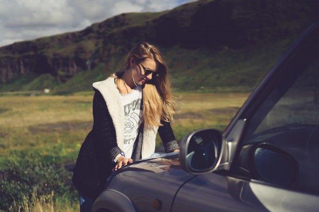 Коричневые волосы девушка сидит транспортное средство Бесплатные Фотографии