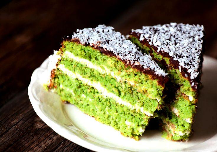 <p>Patrząc na składniki tego ciasta pomyślisz: kokos – aromatyczny i idealny do wypieków, ciecierzyca – coraz częściej wykorzystywana w wypiekach zamiast mąki, następnie szpinak? Tu pomyślisz, że oszalałam. Tak samo pomyśleli moi rodzice, gdy postawiłam przed nimi wściekle zielone jak…</p>