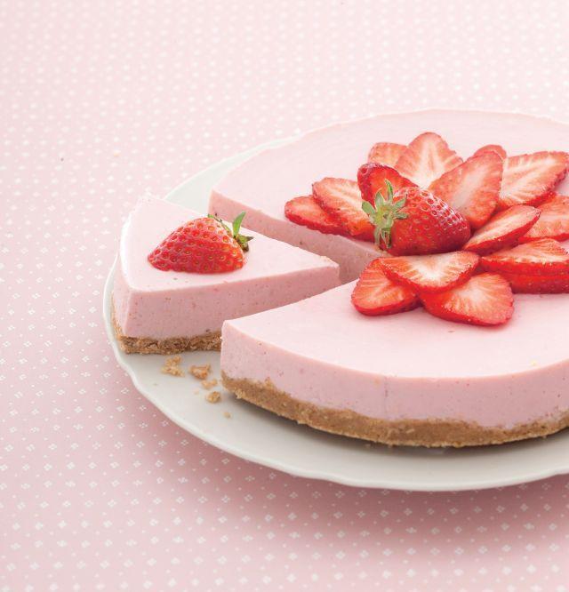 Cheesecake rosa di yogurt alla fragola. Ricetta di Paola Galloni, Foto di Laila Pozzo. Tratta dalla rivista Cucina Naturale.