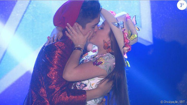 Depois que suas bandas são classificadas no Show de Bandas, Manuela (Larissa Manoela) e Joaquim (João Guilherme) se beijam, na novela 'Cúmplices de um Resgate'