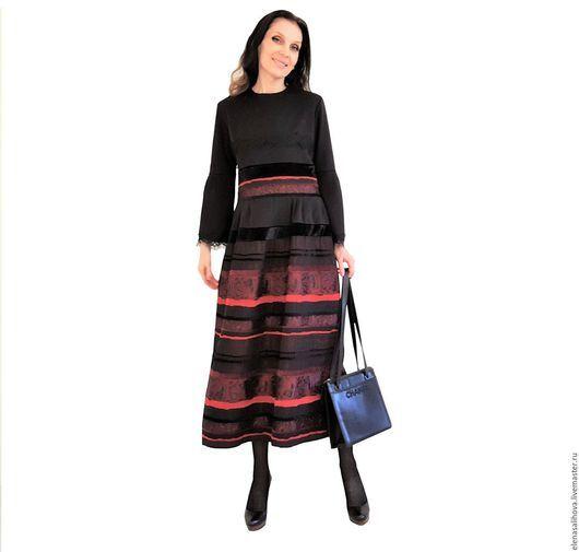 Платье в стиле бохо, и как полагается по стилю выполнен из микса тканей. Основные ткани черный джерси и жаккард шелковый. Жаккард с такой собственно-роскошной палитрой, в которой чередование узоров, от которых завораживает - тут и полоски велюрово-бархатные и жаккардовый рисунок, а красно-марсаловая гамма просто самым чудесным образом сочетается с черным цветом. Компоненты к основным тканям: бархат (черный) и кружево Шантильи