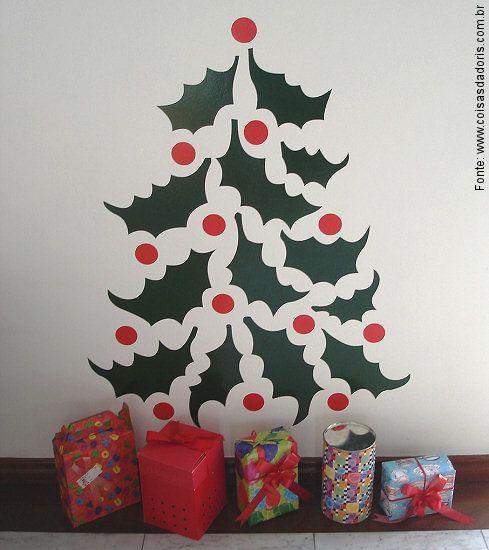 Se não tiver espaço em casa, ou mesmo se preferir algo mais fácil, o adesivo de parede em forma de árvore de Natal pode ser uma boa opção. Dica da Maria Alice Muller, do Casa com Design