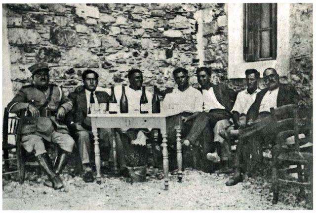 Ο Γιάννης Παρτσάφας ή Γιάνναρος 1ος από δεξιά
