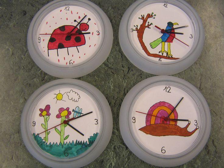 Horloge Ikea peinte avec de l'écoline