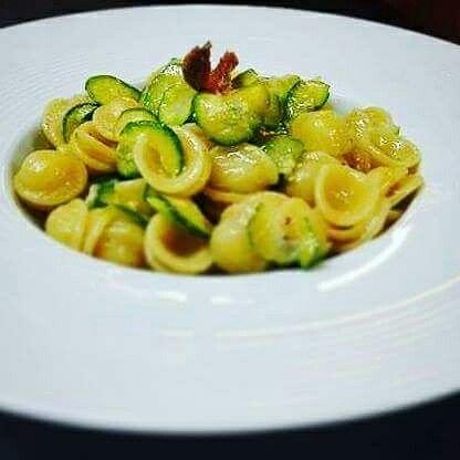 Orecchiette con zucchine, acciughe e mozzarella di bufala