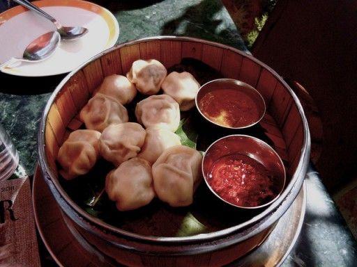 Momo's Deze variant zie je veel in Nepal, Tibet en delen van het Noorden India. Het deeg wordt gestoomd en vaak dikker gemaakt met behulp van gist. Ook worden ze soms in de pan gebakken en ze kunnen, afhankelijk per regio, verschillende soorten vlees of vis bevatten