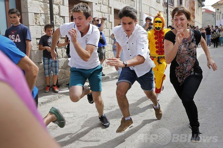 スペイン・ブルゴス(Burgos)近郊の村カストリージョ・デ・ムルシア(Castrillo de Murcia)で行われたカトリックの「聖体祭(Corpus Christi)」を祝う伝統行事「エル・コラチョ(El Colacho)」で、子どもたちを追いかける、悪魔に扮(ふん)した男性(2014年6月22日撮影)。(c)AFP/CESAR MANSO ▼25Jun2014AFP|厄払いは悪魔におまかせ?スペインの伝統行事「エル・コラチョ」 http://www.afpbb.com/articles/-/3018657 #El_Colacho #Castrillo_de_Murcia
