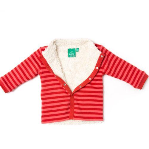 """Vores vendbare Stripes Forever jakker er en 100 % vendbar overgangsjakke, som kan bruges udenfor i på lune efterårsdag og det begyndende forår og som en lakker varm foret cardigan indendørs når det er ekstra koldt.  Den ene side har smukke røde og pinkstriber, røde kanter og flotte røde """"lapper"""" på albuerne. Den anden side er i lækkert økologisk bomuldsplus."""
