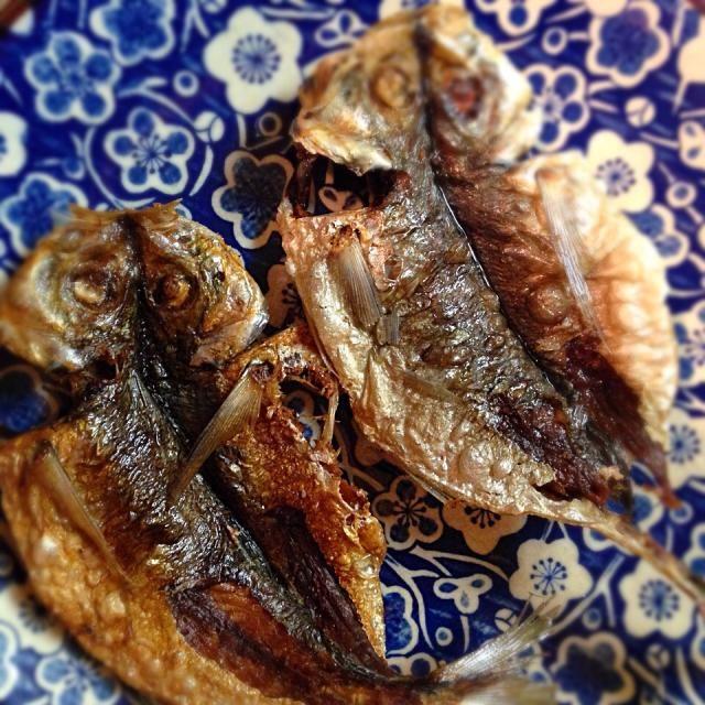 160度くらいの低温でジックリ揚げます♬ 骨せんべいの様に頭からバリバリと食べられますょ〜*\(^o^)/* - 12件のもぐもぐ - 鯵の干物の素揚げ♬ by takakokasaq9B