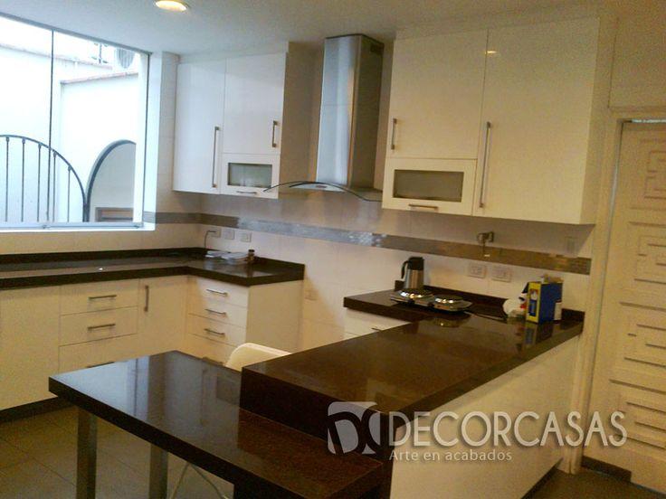 Mueble de cocina  color blanco masisa , la parte alta tiene un espacio libre para la campana extractora, las puertas son de MDF pintadas con Uretano, la parte baja es melamine blanco con frentes de MDF pintado con uretano, los tableros son de granito marrón (melamine novokor de 18mm)