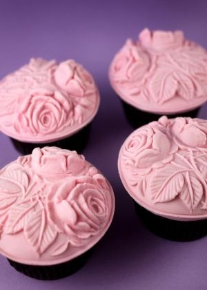 Cupcakes with a fondant topping created with a cookie mold: Idea, Recipe, Cupcakes, Food, Cup Cake, Rose Cupcake, Cupcake Toppers, Dessert