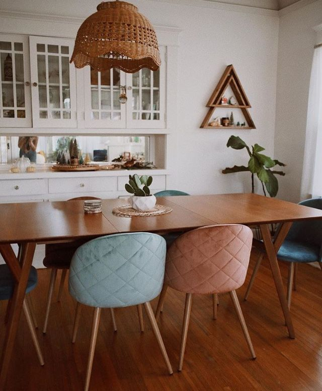 i love the mid century and mix of colors in this bungalow style dinning area