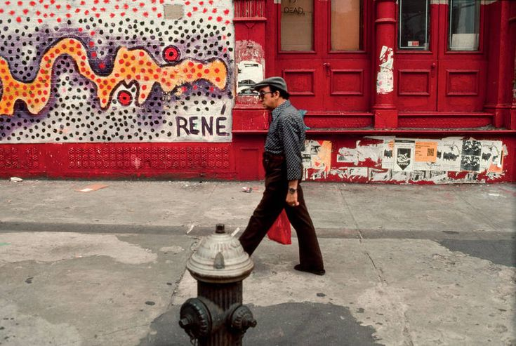 The Spirit of New York Streets Since the 1970s by Robert Herman  Photographer Robert Herman catches the spirit of New Yorks streets since the 1970s. He documents changes of the Big Appel in the different iconic districts. Walkers men seated in a coffee drivers children playing in the street artist captured every expressions and attitude in a city with an atypical architecture always recognizable with the years.                 #xemtvhay