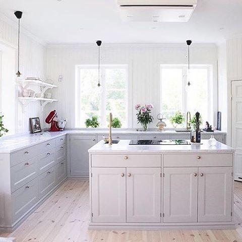 @villabjorkviken vackra kök med en stor köksö i mitten och vår takmonterade modell Etage som är som en  fin möbel i taket ovanför. #fjäråskupan #etage #villabjorkviken #traditionellt #klassiskt #vackert #romantiskt #marmor #marble #design #scandinaviandesign #svenskthantverk #köksö #takmonterad #spiskupa #köksfläkt #möbel #led #externmotor #köksinspiration #kitcheninspo #kitchenaid