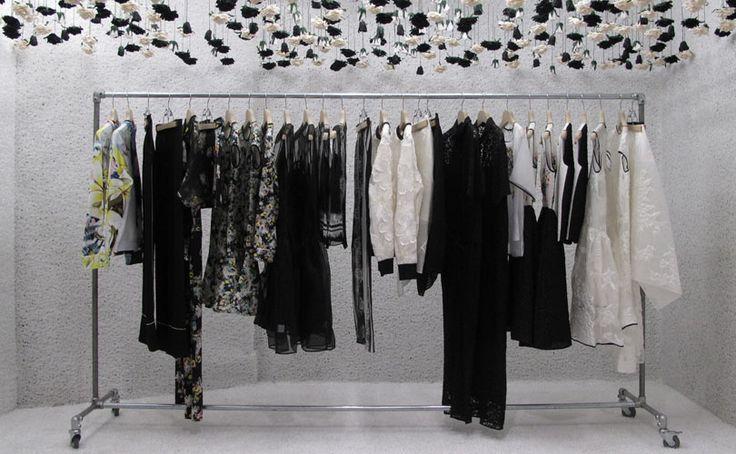 """Een avant gardistisch anti-fashion thema. Of zoals modejournalist Suzy Menkes het verwoordde: """"Het gaat om kleren die net zo hard werken als wij doen."""" Het eerder genoemde overhemd komt hier aan bod en de Franse modeketen The Kooples is een goed voorbeeld van deze trend waarbij mannen en vrouwen dezelfde soort kleding dragen. Denk verder aan platte (veter)schoenen en broeken met een hogere taille. Edelkoort: """"Er is een hele generatie die nog nooit een broek rond het middel gedragen heeft…"""