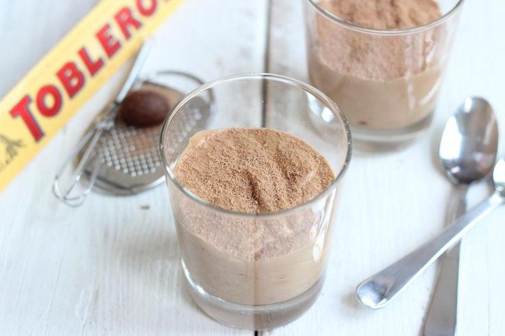 •200 ml opgeklopte slagroom •100 gram toblerone •2 eetlepels melk Smelt de chocolade au bain marie. Voeg ondertussen de melk toe. Zodra de chocolade is gesmolten, zet je het vuur uit en laat je de chocolade circa 5 tot 10 minuten afkoelen. Doe de opgeklopte slagroom in een kom. Schep het geheel door elkaar met een spatel (let op: niet roeren, want anders verdwijnt alle lucht uit de slagroom).Schep de mousse in 2 glaasjes en plaats een paar uur in de koelkast!! Mmmm