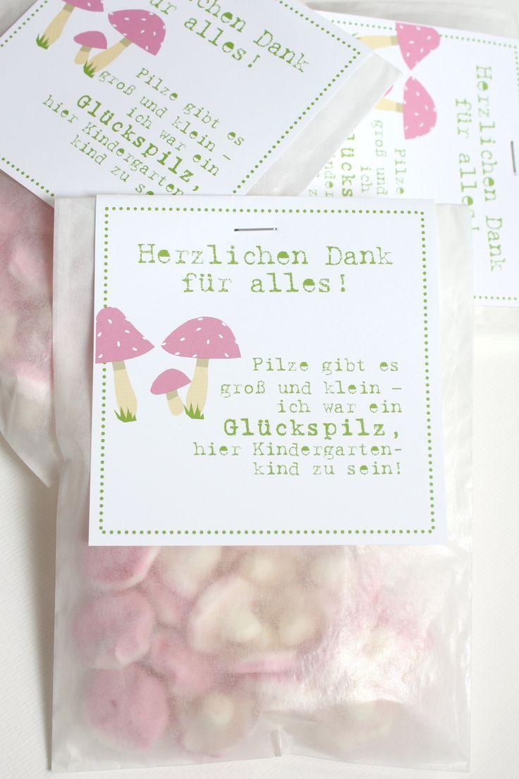 """Ein tolles Dankeschön - GLÜCKS.PILZCHEN für 2.40 EUR Hier werden kleine """"Pilze"""" aus Schaumgummi zu einem liebevollen Dankeschön für die Kindergartenzeit/Krippenzeit. So kann man auf tolle Art """"Danke"""" sagen für die vielen Erlebnisse im Kindergarten. Größe/Maße/Gewicht Tütchen: ca. 11,5cm x 16cm Verwendete Materialien Schaumgummipilzchen verpackt in einer Transparenttüte mit einem Schildchen aus Feinstpapier in Ivory. Individualisierungsoptionen möglich / Weitere Mengen auf Anfrage."""