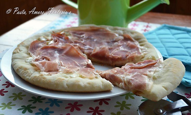 Buona domenica a tutti! Molti di voi mangiano la pizza la domenica ed io vi propongo questa pizza al prosciutto crudo cotta in padella. Con