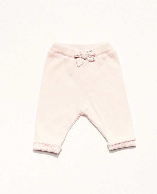 Pantalón liso de punto con forro interior de flores. Goma en la cintura y lazo. El conjunto se vende por separado.