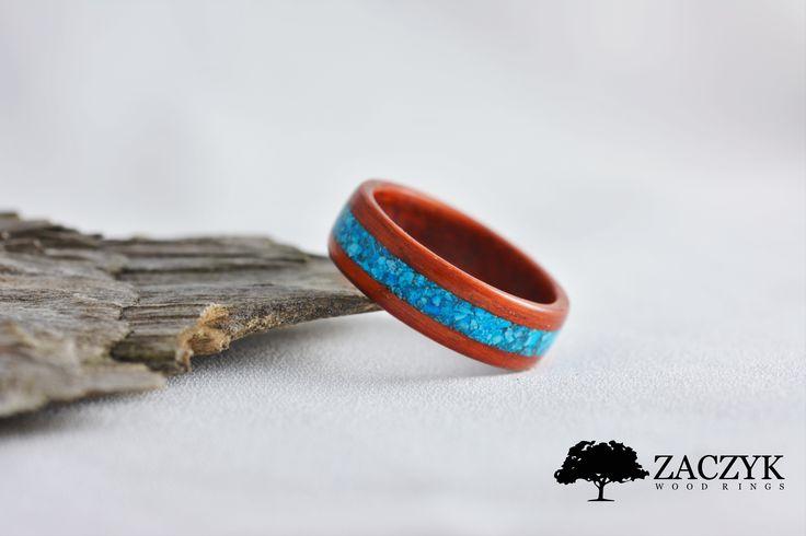 Obrączka wykonana z drewna Padouk Czerwony. Zdobiona Turkusem