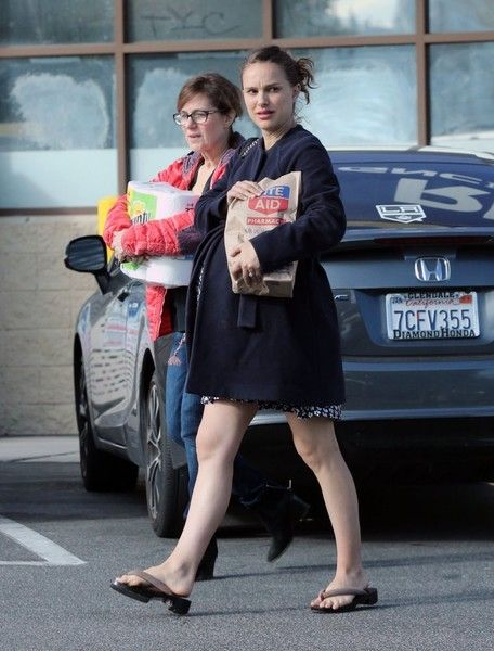 Natalie Portman Photos Photos - Pregnant actress Natalie Portman does some shopping on Valentine's Day in Los Feliz, California with her mom Shelley Stevens on February 14, 2017. Natalie is expecting her second child with husband Benjamin Millepied. - Natalie Portman Goes Shopping On Valentine's Day