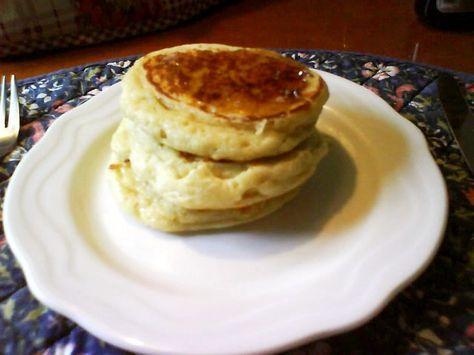 卵不使用のイギリス版パンケーキです。 チーズやフルーツソース等と朝食やおやつにどうぞ。 小麦粉100g牛乳150ccドライイースト小匙1/2塩(美味しい塩)小匙1/3砂糖小匙1バター(無塩)/サラダオイル小さじ1黒蜜/メープルシロップ/蜂蜜など大匙1チーズやフルーツなどお好みで適宜バター(無塩)食べる前小さじ1~     牛乳を温める。イーストを使うので沸騰させないようにする。38度前後で。  2    ボールに粉、イースト、砂糖、塩を入れて混ぜる。 1の牛乳を少しずつ加えながら混ぜる。  3    別のボールにお湯を入れて、2のボールを乗せ濡れ布巾をかけ約30分発酵させる。2倍になればOK。軽くかき混ぜる。  4    熱したフライパンにバター(無塩バター使用)をひいて、生地をバターを塗ったセルクル(あれば)に入れて 中火で焼く。 裏返して両面をこんがり焼く