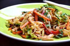 Thai zöldséges tészta csirkehússal, wokban készítve