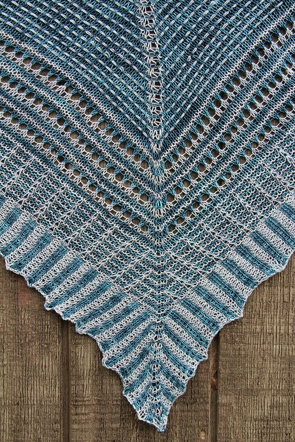 Love using 2 colors. Like the corrugated look edging.: Shawl Patterns