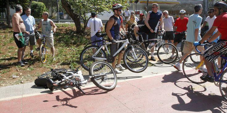 Um ciclista foi levado ao pronto-socorro depois de ser atropelado por um carro em plena ciclovia na manhã deste domingo (14) em São Paulo. A agência Estadão Conteúdo