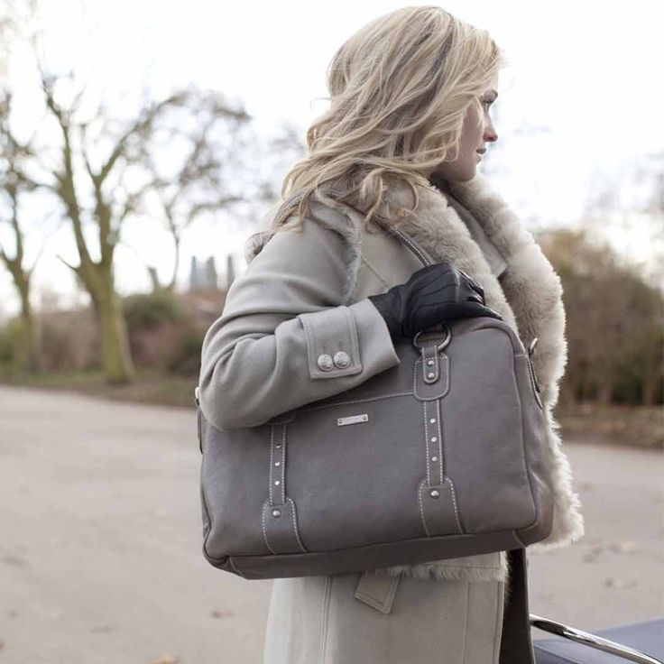 The Elizabethchanging bag fromStorksakin Dove GreyThe pinnacle of sophistication and timeless style, theElizabeth has been a classic in the collection since the launch ofStorksak. Made from luxurious lake washed leather, which ages beautifully, the Elizabeth is finished with brushed nickelh...