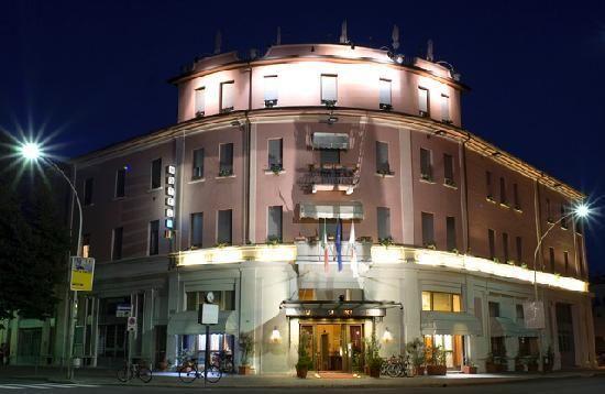 L'Hotel a tre stelle Concorde si posiziona a 200m dalla stazione e a pochi passi dal Centro Storico, perfetto per un'utenza business che si interfaccia a Milano, Piacenza e Pavia