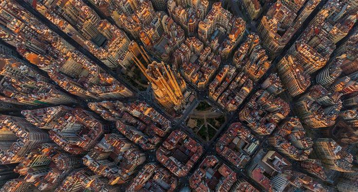 Искупительный храм Святого Семейства (Temple Expiatori delaSagrada Família) иБарселона свысоты птичьего полета.