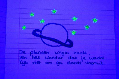 Spelen met mijn blauwe licht, spinvis teksten en kleine tekeningetjes. ( ik weet het ik ben geen picasso. )
