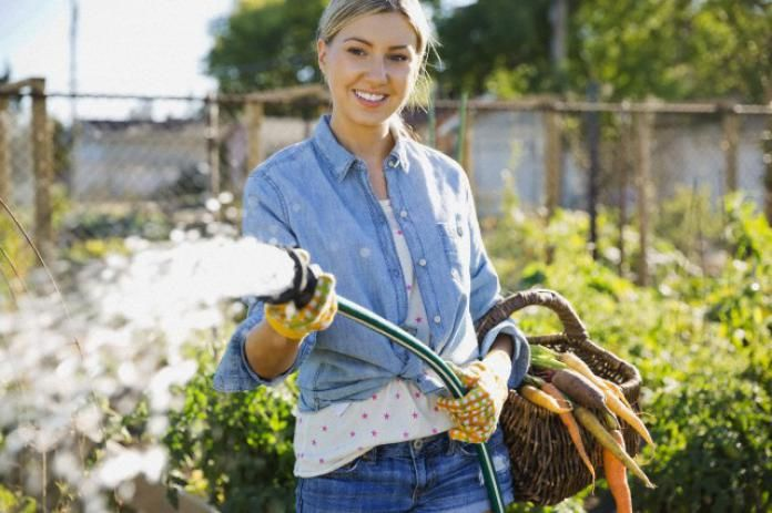 hoe kan je in je huishouden besparen op je waterverbruik?  4)planten gieten gebruik je liefst regenwater i.p.v. kraantjeswater.